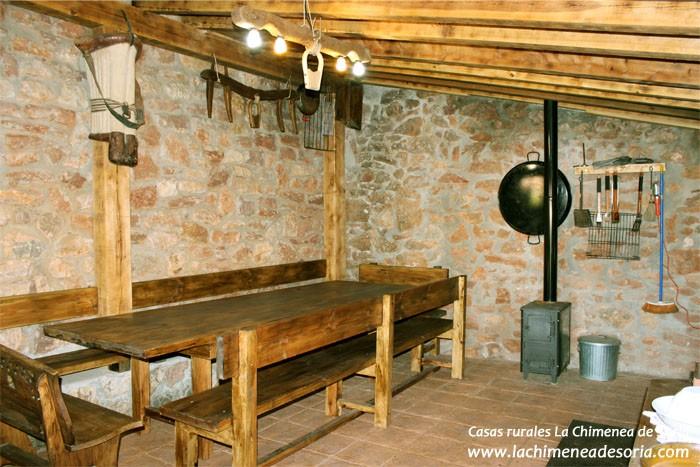 Casa rural en el ca n del r o lobos chimenea de soria - Barbacoa de interior ...