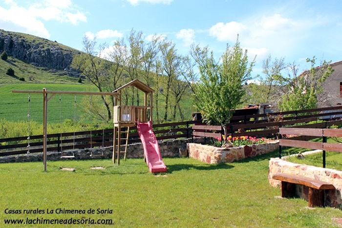 Parque Infantil columpios Casa Rural en el Cañón del Río Lobos Chimenea de Soria