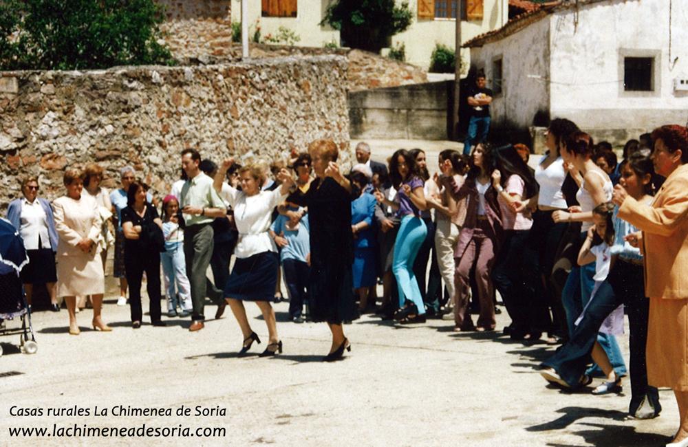 Bailando jotas en la plaza de Espeja