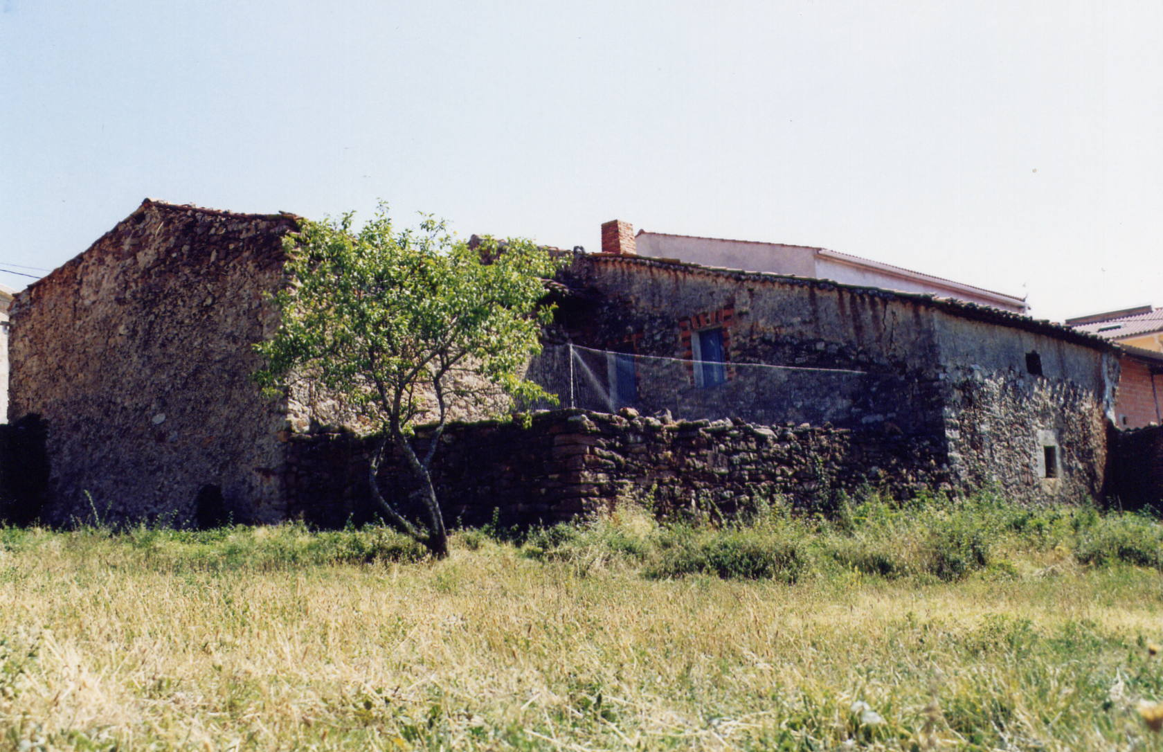 patio de la vieja casa con alambrada
